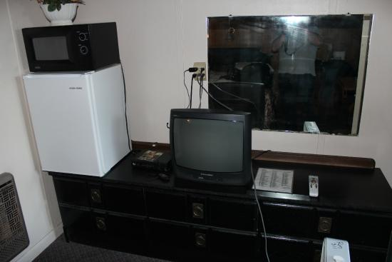 Cresent Motel: TV, Microwave, and Fridge