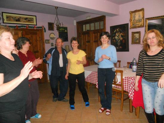 Pietroasa, Roumanie : Tánc vacsora után...