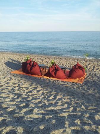 Si cena anche in riva al mare. Pesce fresco ben cucinato, servizio ...