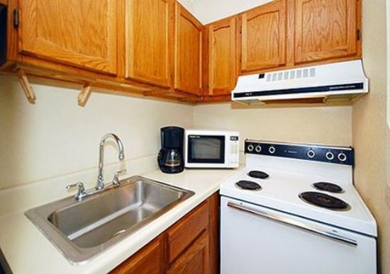 Rodeway Inn & Suites Newport News: Guest Room (OpenTravel Alliance - Guest room)