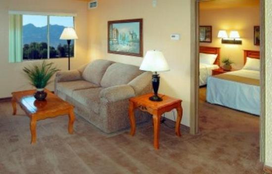 Nellis Suites at Main Gate: Guest room
