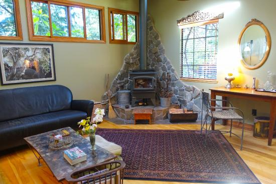 Redwood Croft: Sitting area in East Room