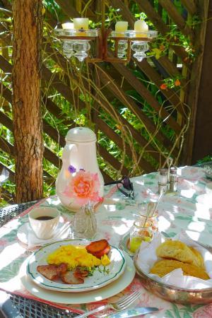 Redwood Croft: Delicious breakfast (East Room patio)