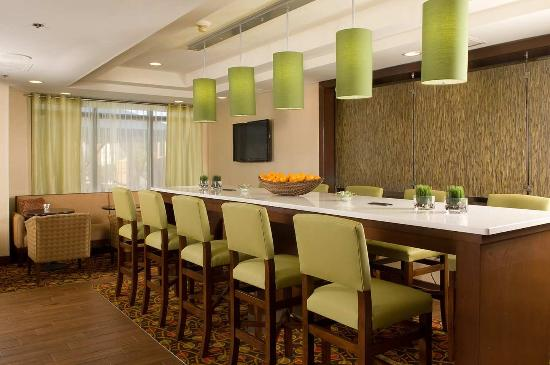 Hampton Inn Orlando-S. Of Universal Studios : Community Bar Seating