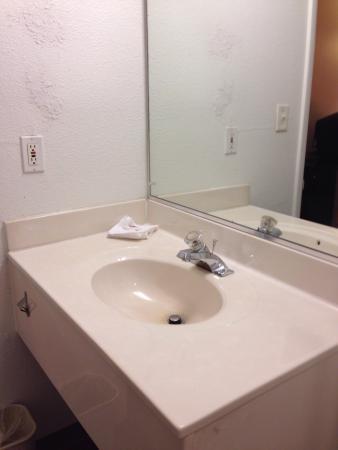 Motel 6 Russellville: Bathroom