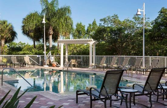 Doubletree Suites by Hilton Naples: Poolside Seating