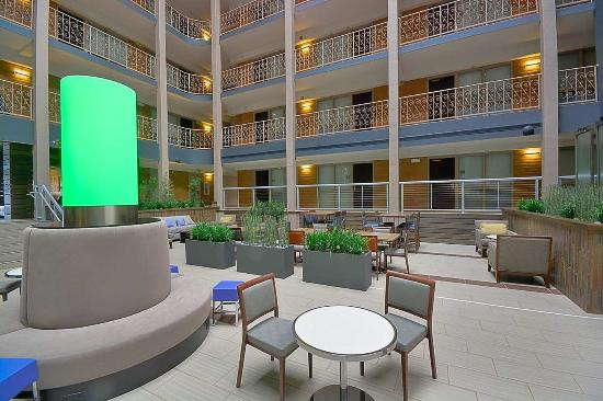 Embassy Suites by Hilton Denver Stapleton : Atrium