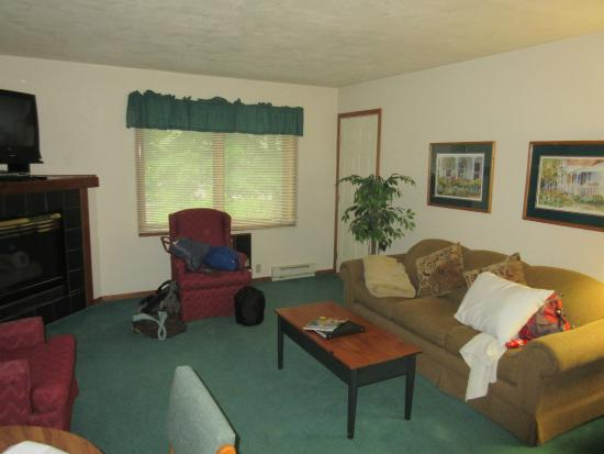 Somerset Inn & Suites: Main room.