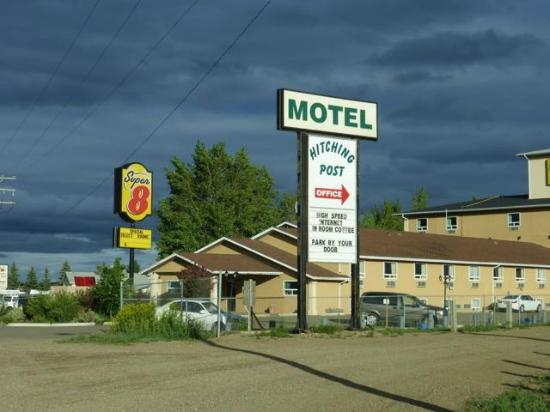 Hitching Post Motel: Here's the sign - look for Super 8 and it's behind it