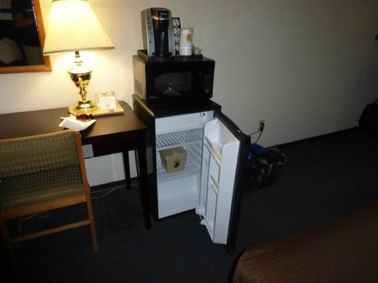 Super 8 Williams Lake BC: Nice refrigerator, microwave and coffee pot