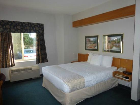 Canadas Best Value Inn: Nice attractive room with plenty of space