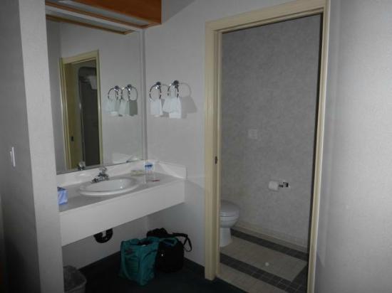 Canadas Best Value Inn: Vanity (in the room) and pocket door to toilet/shower