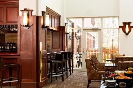 Embassy Suites by Hilton Portland Maine: Bar Reception Lo