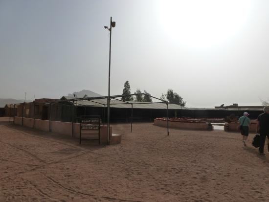Jabal Rum Camp : Vista general de la zona de encuentro