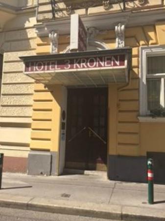 Hotel Drei Kronen: Вход отеля с улицы