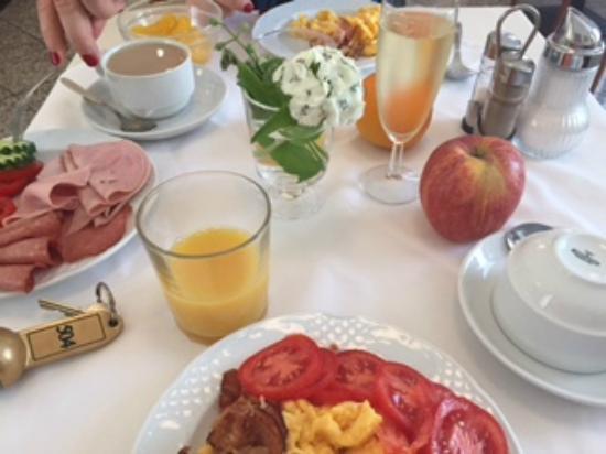 Hotel Drei Kronen: Завтрак с шампанским