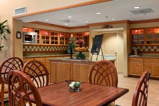 Homewood Suites Tallahassee: Breakfast and Dining Area