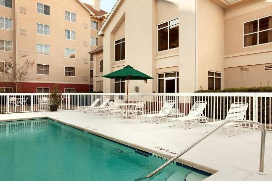 Homewood Suites Tallahassee: Lounge Next to the Pool