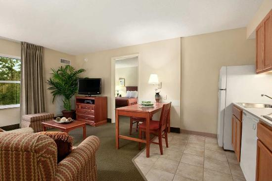 Homewood Suites Tallahassee: Kitchen and Living Area