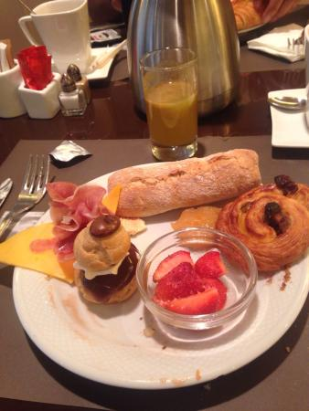 Le Chatelain Hotel: Amazing breakfast and welcome present