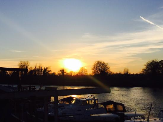 Thames Ditton, UK: Harts boatyard, Surbiton
