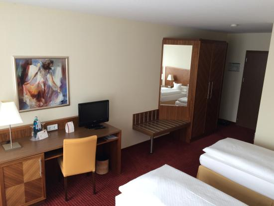 Morada Hotel Gifhorn: Desk and luggage space