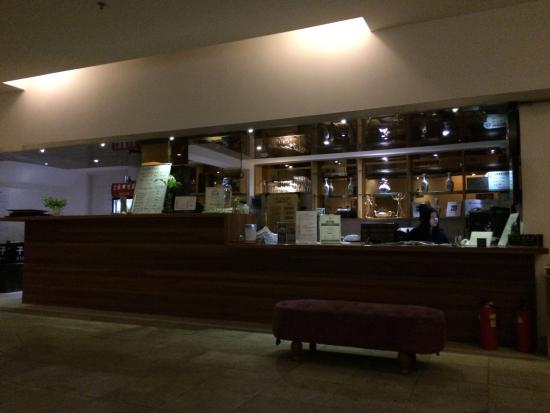 Shanghai Fish Inn Bund: เค้าท์เตอร์จะมีพนักงานประจำอยู่ 1 คนค่ะ อัธยาศัยดีมาก พูดภาษาอังกฤษเก่งค่ะ
