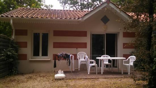ESTIVEL - Résidence Le Domaine des Sables : Terrasse avec la maison plain pied