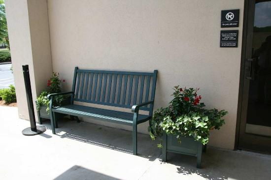 Hampton Inn Charlottesville: Exterior Sitting Area