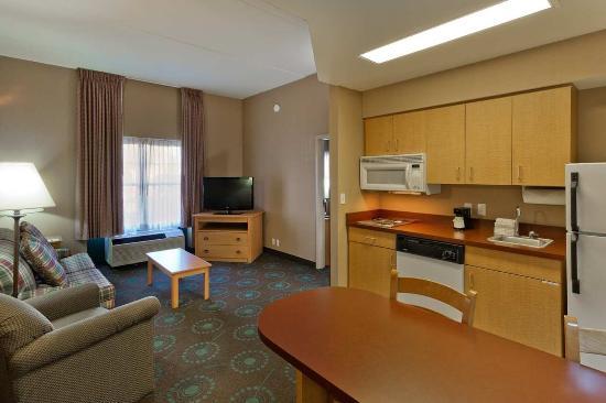 Hampton Inn & Suites Goodyear: Suite Living Area