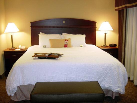 Hampton Inn & Suites Burlington: King Suite Whirlpool