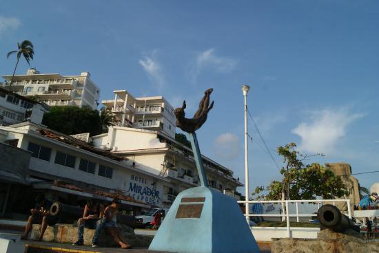 Old Acapulco: La Quebrada. Памятник ныряльщикам