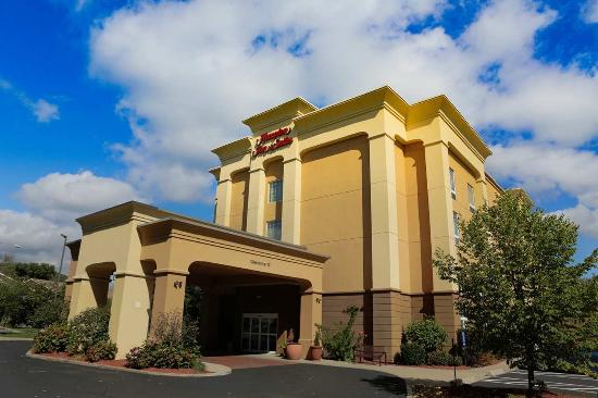 Hampton Inn & Suites Greenfield: Hotel Exterior