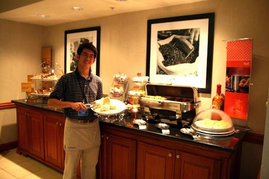 Hampton Inn Clinton: Breakfast Server