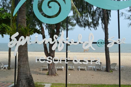 Springfield @ Sea Resort & Spa: пляж и вывеска отеля