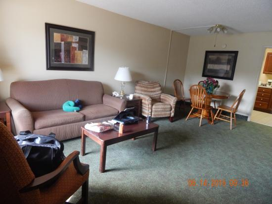 Quality Inn Paris/Ky Lake Area: living room and dining area
