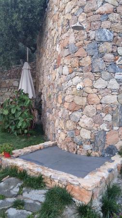 Doccia esterna in giardino piscina foto di agriturismo i castellari pietra ligure - Docce per piscine esterne ...