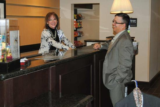 Hampton Inn Cambridge: Front Desk