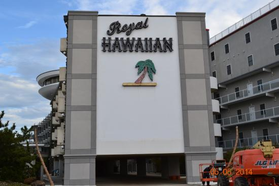 Royal Hawaiian Beachfront Resort: Front Sign