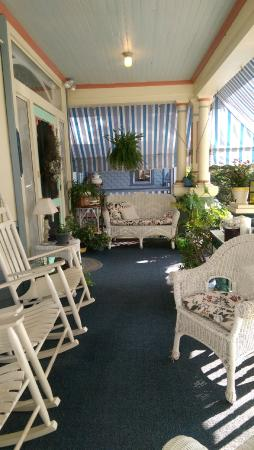 Bayberry Inn - Ocean City : The front porch was so cute and cozy!