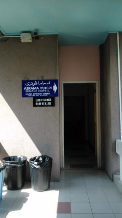 Pusat Belia Youth Hostel: entrance for lady dorm