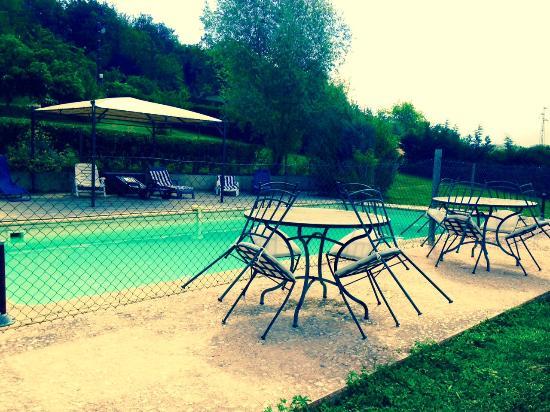Les Collines du Périgord : terrasse devant la piscine