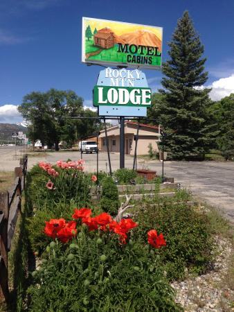 Rocky Mountain Lodge: Here is a view of the lodge.  Very cute with the flowers!