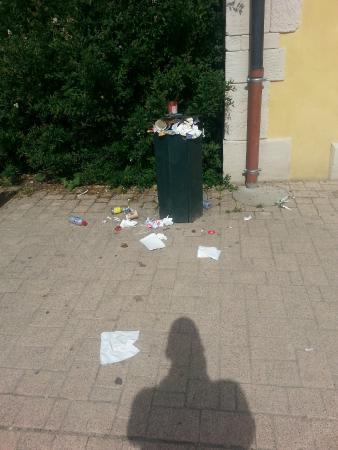 Hattigny, France: Poubelles le matin à l'entrée des jeux pour enfants