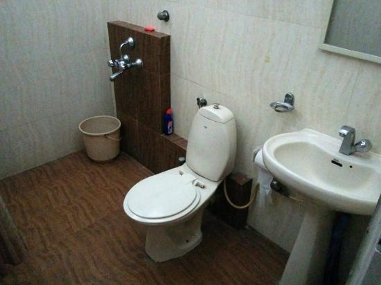 OYO Apartments Bandra West : Bathrooms are neat and clean