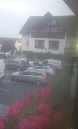 Hotel Restaurant Berghof: Вид из окна на бесплатную для гостей отеля парковку