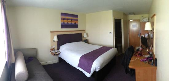 Premier Inn Northampton Bedford Rd/A428 Hotel: A panorama of my room.