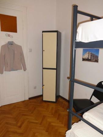 CrossPoint Sofia Hostel: Dormitorio para 4