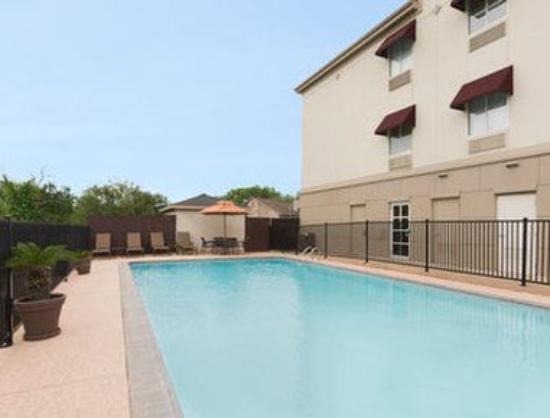 Hawthorn Suites by Wyndham College Station: Pool