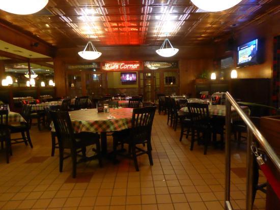 Leona's Pizzeria: dining room